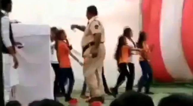 یوم جمہوریہ کے پروگرام میں ڈانس کررہی تھیں اسکول کی لڑکیاں، پولیس والے نے اڑائے پیسے