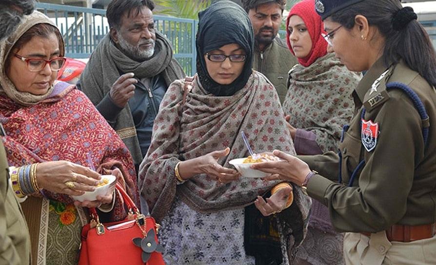 بھوکے پیاسے سمجھوتہ ایکسپریس کا انتظار کررہے پاکستانی مسافروں کو پنجاب پولیس نے کھلایا کھانا
