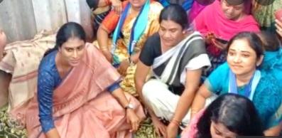 حیدرآباد:عصمت دری کی شکار لڑکی کے خاندان سے شرمیلا کی ملاقات