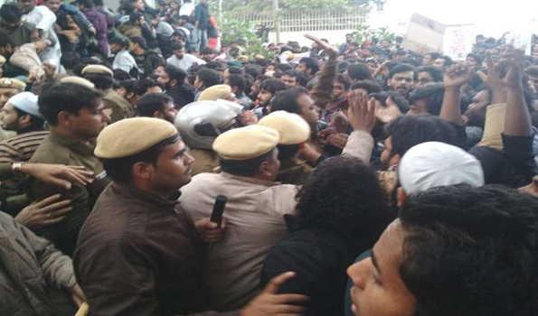 جامعہ میں طلباءکا احتجاج جاری، تمام امتحانات ملتوی