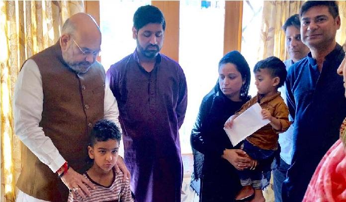 شہید ارشد خان کے خاندان سے ملے امیت شاہ،بیوی کو سونپی  سرکاری نوکری کا خط