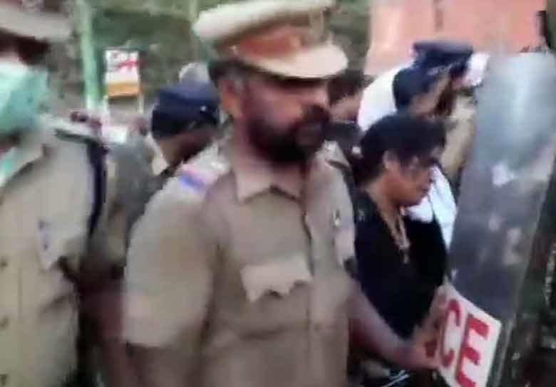 دو خواتین نے سبری مالا مندی کی شدروع کی چڑھائی، لیکن احتجاج کی وجہ سے روکنا پڑا سفر