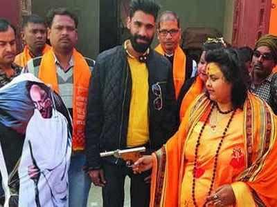 مہاتما گاندھی کے پتلے کو گولی مارنے والی پوجا پانڈے اور اسکا شوہر گرفتار