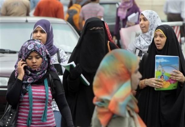امریکہ کے ایک اسکول میں طالب علموں کے سامنے مسلم لڑکی کا حجاب ہٹایا