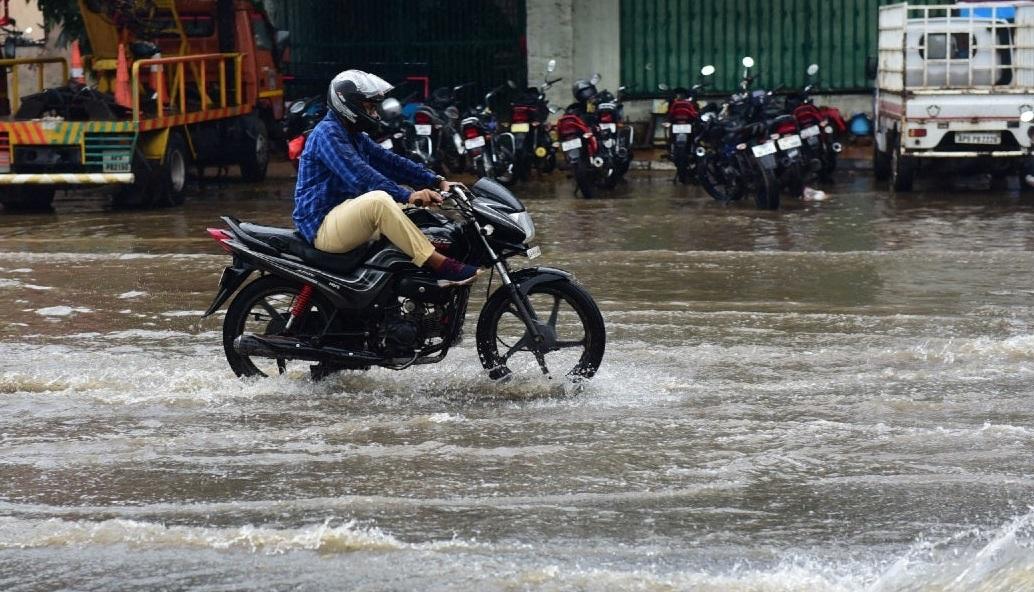تلنگانہ کے ورنگل اربن ضلع میں شدید بارش،مکانات میں پانی داخل،سڑکیں جھیل میں تبدیل