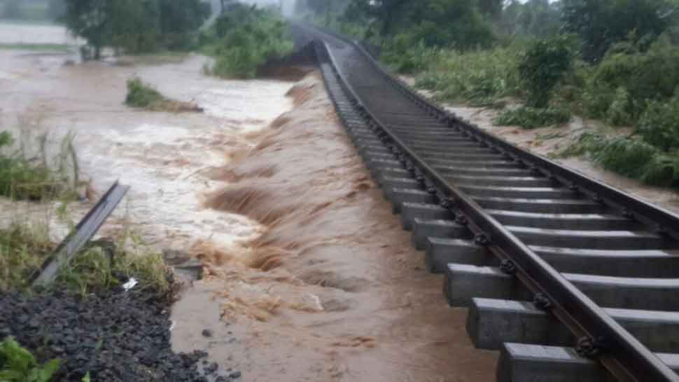 کیرل میں بارش کا قہر، سڑک اور ریل کی پٹریاں پانی میں بہہ گئی