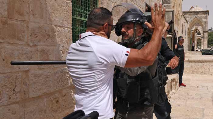 اسرائیلی پولیس نے مسجد اقصیٰ کے کمپاؤنڈ میں توڑ پھوڑ اور نمازیوں پر آنسو گیس کے گولے داغے