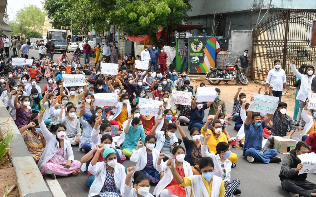 حیدرآباد کے گاندھی اسپتال میں کوورنا مریضوں کا علاج کرنے والے جونیر ڈاکٹرس کی ہڑتال جاری